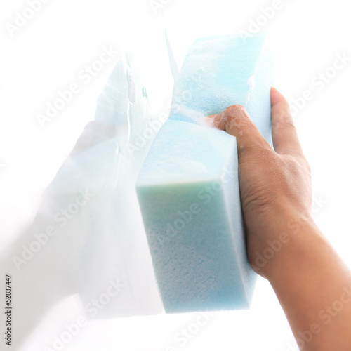 Window cleaner using a blue sponge