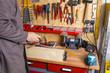 Heimwerker in Werkstatt