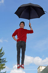 Fliegender Mann mir Regenschirm