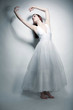 Junge Frau in weißem Ballettkleid
