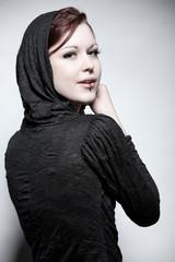 Junge Frau in einem Designertop mit Kapuze