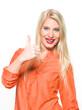 Lebenslustige Frau (25 Jahre) hebt Daumen (thumbs up)