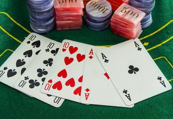 Carte da gioco e fiches sul tavolo verde