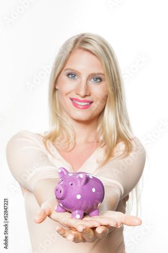 Junge Frau (25) mit Sparschwein