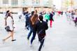 Menschen in der Stadt unterwegs in Bewegungsunschärfe