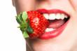 Mund ißt Erdbeere
