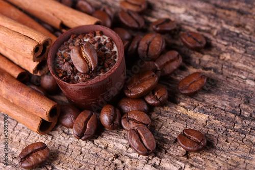 Zimtstangen, Kaffeebohnen und Kaffeetrüffel