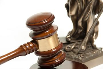 Richterhammer vor einer Justitia