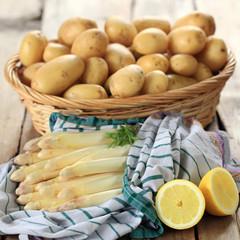 weißer Spargel servierfertig mit Kartoffelkorb