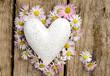 Herz aus Gänseblümchen mit Marmorherz