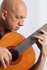 Musicista suona la chitarra