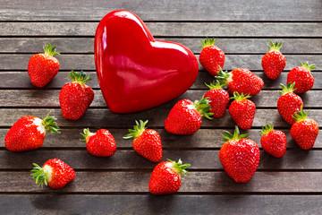 frische Erdbeeren mit rotem Herz _ fresh strawberries, red heart