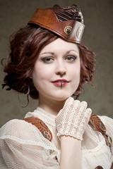 Junge Frau im Designer Steampunk Kostüm