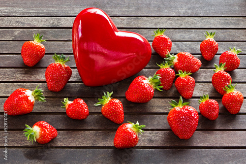 frische Erdbeeren mit rotem Herz _ fresh strawberries, red heart