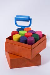 Caja con plastilinas de colores y rodillo