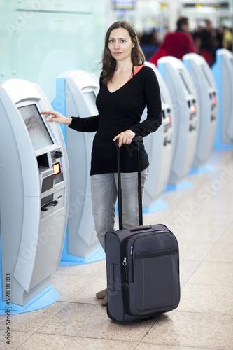 Frau am Check-in-Schalter
