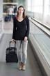 Koffer rollen am Flughafen