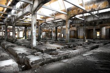 interno di fabbrica in rovina