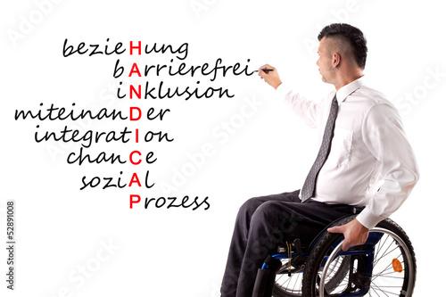 junger behinderter Mann schreibt an Tafel