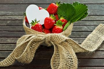 frische Erdbeeren mit weißem Herz _ strawberries, white heart