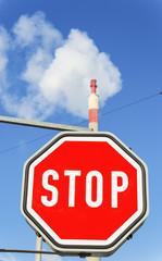 Industrieschlot und Stopptafel