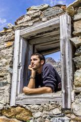 Ragazzo pensieroso alla finestra