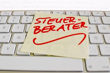Notiz auf Computer Tastatur: Steuerberater