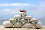 Biała piramida z kamieni - 52915279