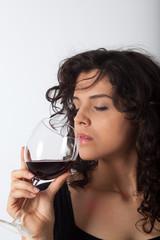 Donna con bicchiere di vino