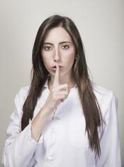 Enfermera haciendo gesto de silencio