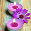 Blüte und Teelichter