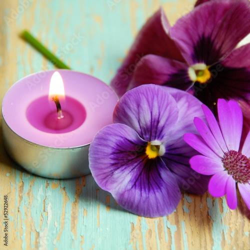 Duftkerze und Blüten