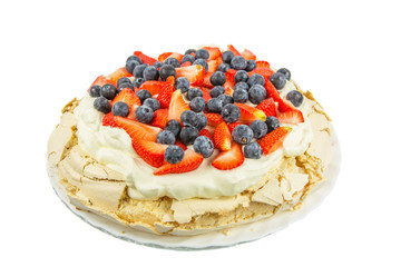 Pavlova with strawberries and blueberries toppings