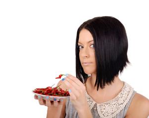 девушка пробует красный перец