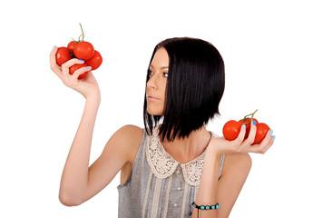 девушка держит в руках помидоры