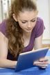 Schülerin bedient Tablet-PC