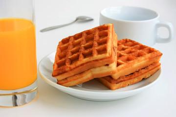 Вафли и сок на завтрак