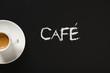 Café sobre fondo de pizarra negra