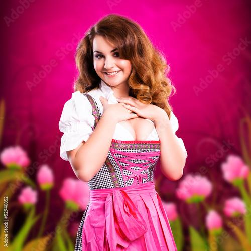 attraktive junge Frau im Dirndl
