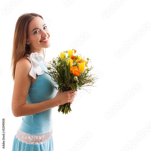 attraktive brünette junge Frau mit einem Blumenstrauß