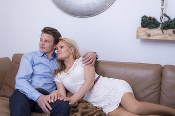 Junges attraktives Paar auf einem Sofa