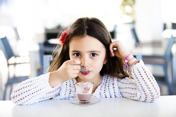 Bambina al barche gusta latte con cioccolato