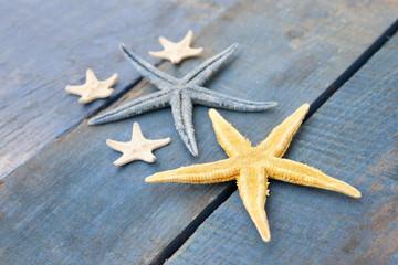 estrellas en grupo sobre madera azul