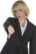 Blonde Frau hält Daumen runter