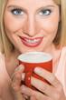 Frau (25 Jahre) mit Kaffee, Milchschaum