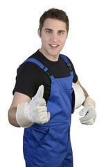 Junger Handwerker hält Daumen hoch