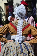 FEMME EN COSTUME TRADITIONNEL PROVENCAL