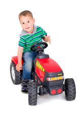 Kleiner Junge fährt Traktor