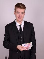 mann im anzug mit geld