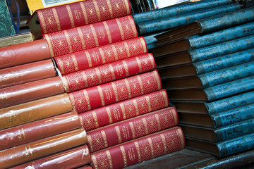 Piles de livres reliés anciens